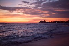 Beira-mar cor-de-rosa de Sri Lanka da praia do por do sol Fotos de Stock