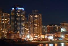 Beira-mar dos edifícios na noite Fotografia de Stock Royalty Free