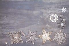 Beira ou quadro dos flocos de neve do Natal e do ano novo no fundo cinzento Conceito dos feriados de inverno Fotografia de Stock Royalty Free