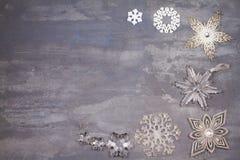 Beira ou quadro dos flocos de neve do Natal e do ano novo no fundo cinzento Conceito dos feriados de inverno Imagem de Stock Royalty Free
