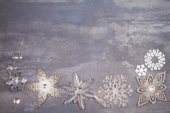 Beira ou quadro dos flocos de neve do Natal e do ano novo no fundo cinzento Conceito dos feriados de inverno Fotos de Stock Royalty Free