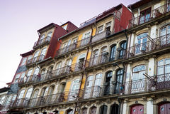 Beira-rio de Porto Portugal que constrói Windows no por do sol Foto de Stock