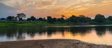 Beira-rio e céu do por do sol composição Imagens de Stock Royalty Free