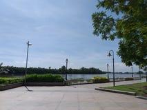 Beira-rio perto do rio do bangprakong no chachoengsao Tailândia fotos de stock