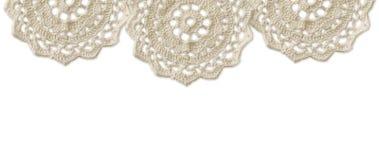 A beira superior com branco faz crochê doilies Imagem de Stock