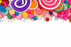 Beira superior de doces coloridos sortidos sobre o branco Fotografia de Stock Royalty Free