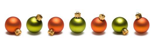 Beira verde e alaranjada das esferas do Natal imagem de stock