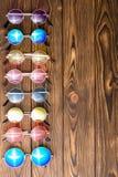 Beira vertical de óculos de sol genéricos coloridos Foto de Stock Royalty Free