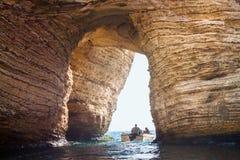 BEIRUT, DER LIBANON - 14. AUGUST 2014: Motorboot im Mittelmeer mit unbekannten Touristen unter dem Bogen der ber?hmten Tauben-Fel lizenzfreie stockfotografie
