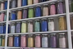Beiseite legen mit Glasgefäßen bunten Pigmenten Lizenzfreie Stockfotografie