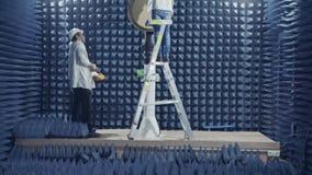 Beit Shean November 20 2018 Forskare som testar en radar i en anechoic kammare arkivfilmer