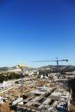 Chantier de construction parmi des collines Photographie stock libre de droits
