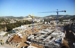 Chantier de construction parmi des collines Photographie stock