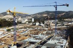 Chantier de construction parmi des collines Photo stock