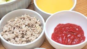 Beiträge zu dem Lebensmittelmenü sind Schweinekoteletts gekocht mit Tomatensauce Lizenzfreies Stockbild