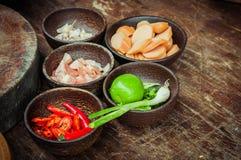 Beitrag zu rohem Lebensmittel in der kleinen hölzernen Schale Stockfotos