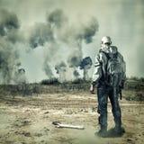 Beitragsapocalypse. Mann in der Gasmaske, Explosionen Stockfotografie