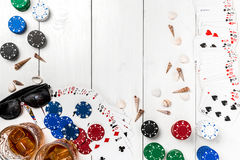 Beitragsblog-Social Media-Poker Fahnenschablonen-Planmodell für on-line-Kasino Hölzerne weiße Tabelle, Draufsicht über Arbeitspla Stockfoto