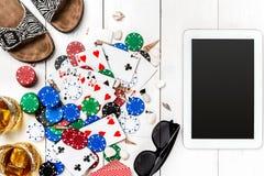 Beitragsblog-Social Media-Poker Fahnenschablonen-Planmodell für on-line-Kasino Hölzerne weiße Tabelle, Draufsicht über Arbeitspla Lizenzfreies Stockbild