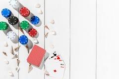 Beitragsblog-Social Media-Poker Fahnenschablonen-Planmodell für on-line-Kasino Hölzerne weiße Tabelle, Draufsicht über Arbeitspla Lizenzfreie Stockfotos