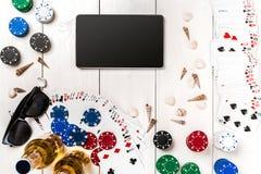 Beitragsblog-Social Media-Poker Fahnenschablonen-Planmodell für on-line-Kasino Hölzerne weiße Tabelle, Draufsicht über Arbeitspla Lizenzfreie Stockfotografie