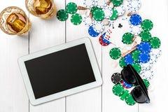 Beitragsblog-Social Media-Poker Fahnenschablonen-Planmodell für on-line-Kasino Hölzerne weiße Tabelle, Draufsicht über Arbeitspla Stockbilder