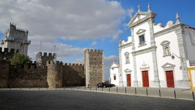 BEJA, PORTUGAL - 16 DE OUTUBRO DE 2016: O SE da catedral e o castelo com o pavimento cobbled no primeiro plano imagem de stock