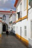 BEJA, PORTUGAL - 16 DE OUTUBRO DE 2016: Uma rua cobbled típica com casas whitewashed imagem de stock royalty free