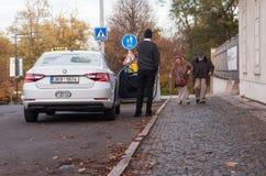Bejaard, bejaard paar op hun manier aan een taxi royalty-vrije stock afbeelding