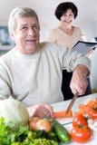Bejaard gelukkig paar bij keuken Royalty-vrije Stock Afbeeldingen