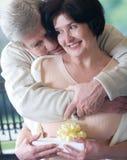 Bejaard gelukkig paar met giftdoos Royalty-vrije Stock Foto's