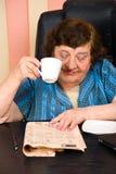 Bejaard lezingsnieuws en drankkop van koffie Royalty-vrije Stock Afbeeldingen