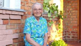 Bejaard ouder vrouwelijk portret stock videobeelden