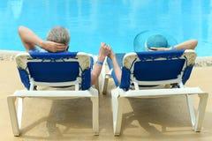 Bejaard paar bij pool Royalty-vrije Stock Fotografie