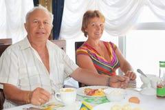 Bejaard paar dat ontbijt heeft bij restaurant royalty-vrije stock afbeelding
