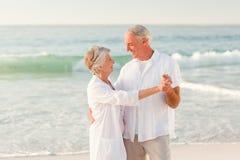 Bejaard paar dat op het strand danst royalty-vrije stock fotografie