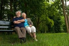 Bejaard paar dat van de mening geniet Stock Foto's