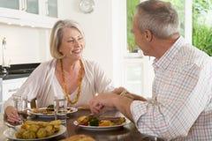 Bejaard Paar dat van maaltijd, etenstijd samen geniet Stock Foto's