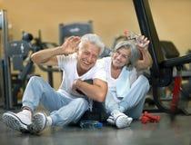 bejaard paar in de gymnastiek Royalty-vrije Stock Foto's