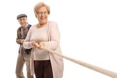 Bejaard paar die een kabel trekken royalty-vrije stock afbeeldingen