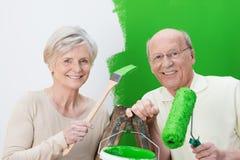 Bejaard paar die hun huis vernieuwen Stock Afbeeldingen