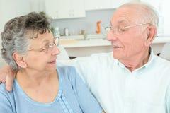 Bejaard paar die knuffel hebben stock foto's