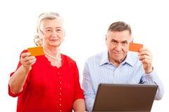 Bejaard paar die online het winkelen doen Royalty-vrije Stock Foto's