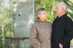 Bejaard paar die in openlucht elkaar bekijken stock foto
