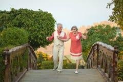 Bejaard paar die pret op de gang hebben Royalty-vrije Stock Foto's