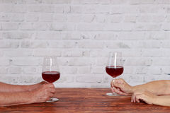 Bejaard paar die in restaurant rode wijn testen Royalty-vrije Stock Fotografie