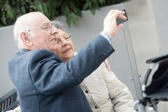 Bejaard paar die selfie nemen royalty-vrije stock foto's