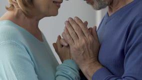 Bejaard paar die van elkaar, het beginnen genieten van verhouding in volwassenheid stock footage