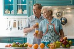 Bejaard paar die vers sap drinken royalty-vrije stock fotografie