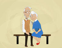 Bejaard paar die zitting op bank omhelzen Royalty-vrije Stock Foto